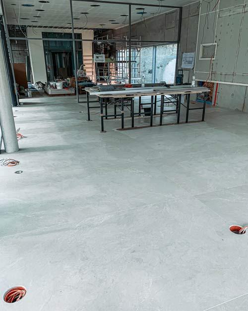 Bodenfliesen im Großformat auf einer Baustelle